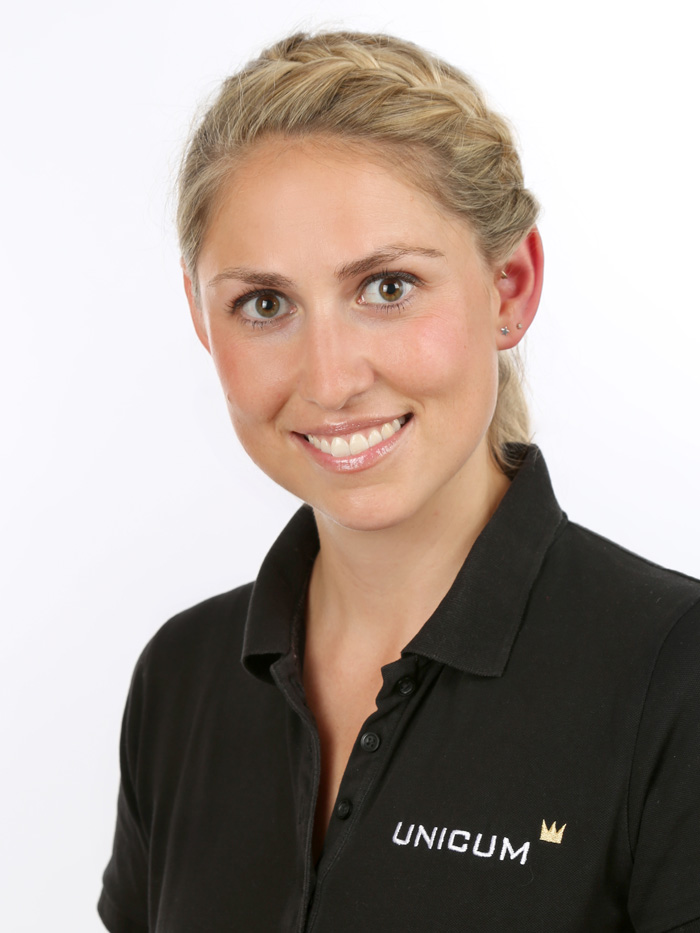 Linda Kussmaul ist Physiotherapeutin und zertifizierte Pilatestrainerin im Gesundheitszentrum UNICUM in Stuttgart. Ihre Praxis für Physiotherapie, medizinische Trainingstherapie, Logopädie, Schmerztherapie sowie Pilates, Yoga, Gesundheitskurse und betriebliche Gesundheitsförderung in Stuttgart. Unsere therapeutischen Spezialgebiete sind Rückenschmerzen, Kopfschmerzen, Parkinson & Multipler Sklerose Therapie, Skoliosetherapie und Tinnitustherapie. Sie finden uns direkt am Stuttgarter Hauptbahnhof und im Augustinum auf dem Stuttgarter Killesberg.
