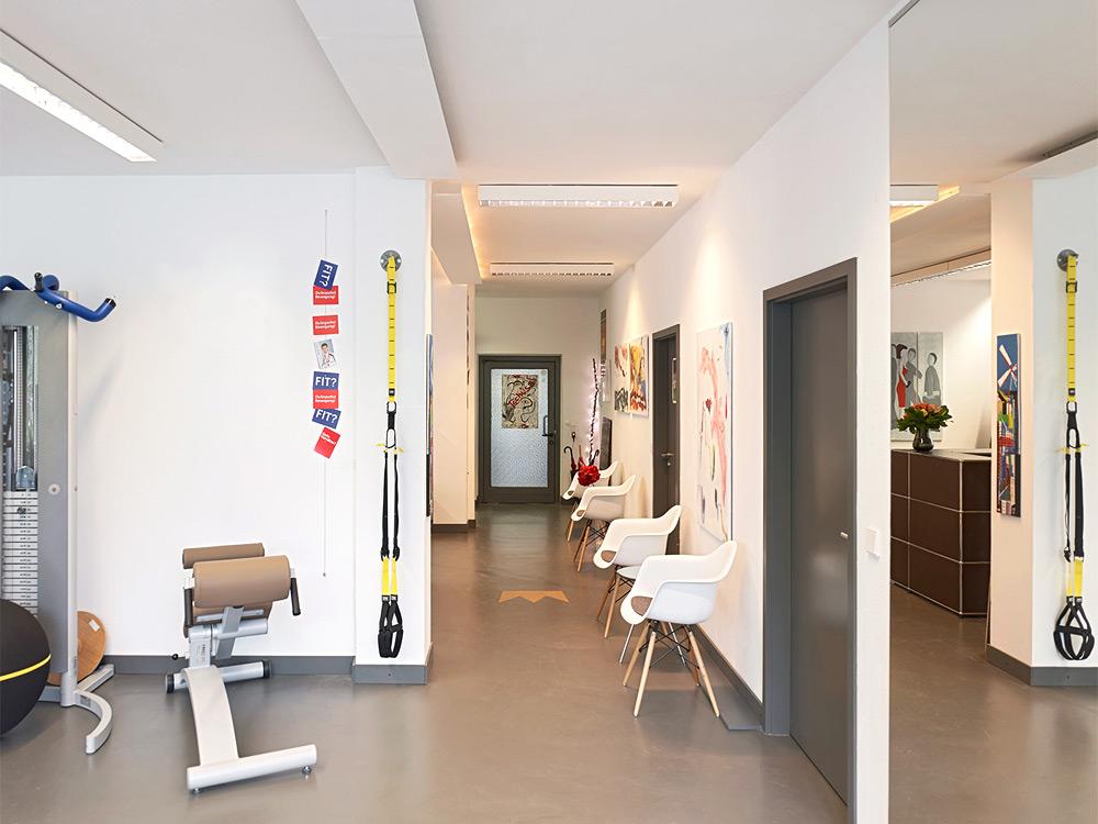 UNICUM in der Stadtmitte direkt am Stuttgarter Hauptbahnhof. Ihre Praxis für Physiotherapie, medizinische Trainingstherapie, Logopädie, Schmerztherapie sowie Pilates, Yoga, Gesundheitskurse und betriebliche Gesundheitsförderung in Stuttgart. Unsere therapeutischen Spezialgebiete sind Rückenschmerzen, Kopfschmerzen, Parkinson & Multipler Sklerose Therapie, Skoliosetherapie und Tinnitustherapie.